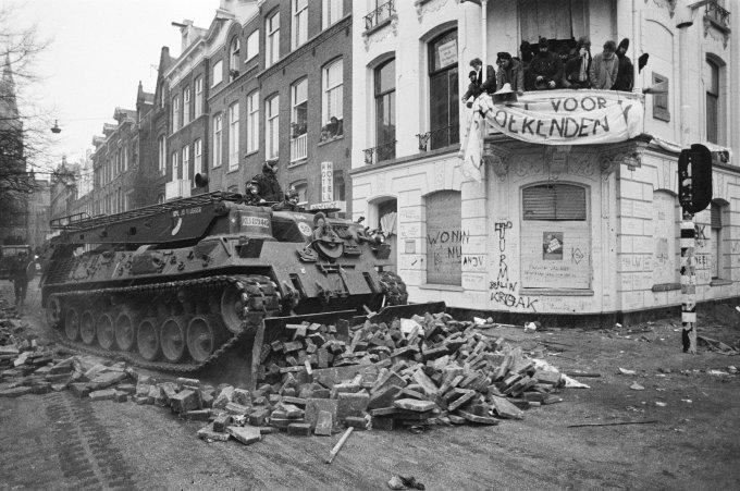 Politie_en_leger_met_pantserwagens_en_tanks_ruimen_barricaden_op_in_Vondelbuurt,,_Bestanddeelnr_930-7010